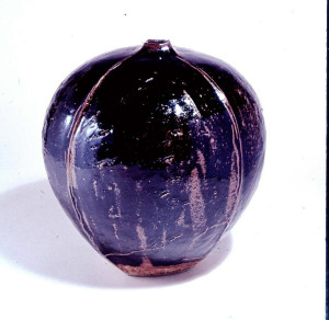 Seed Form. Jar 1977. Stoneware, tenmoku glaze, slab built. H 50 cm. Private collection. Photo: The Norwegian Association for Arts and Crafts (NK)