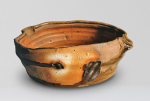 Bowl 1987. Borgestad alumina rich stoneware with granulated feldspathic stone inclusions, natural ash glaze, sea-shell marks from stacking, anagama fired. Diam. 30 cm. Collection of Carolyn Broadwell, USA. Photo: Torbjørn Kvasbø