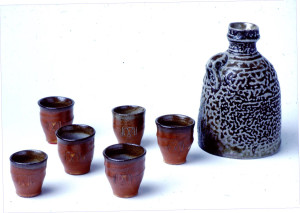 Bottle with cups 1981. La Borne stoneware, china clay slip on cups, saltglaze. Bottle H 10 cm and cups H 4 cm. Private collection. Photo Torbjørn Kvasbø